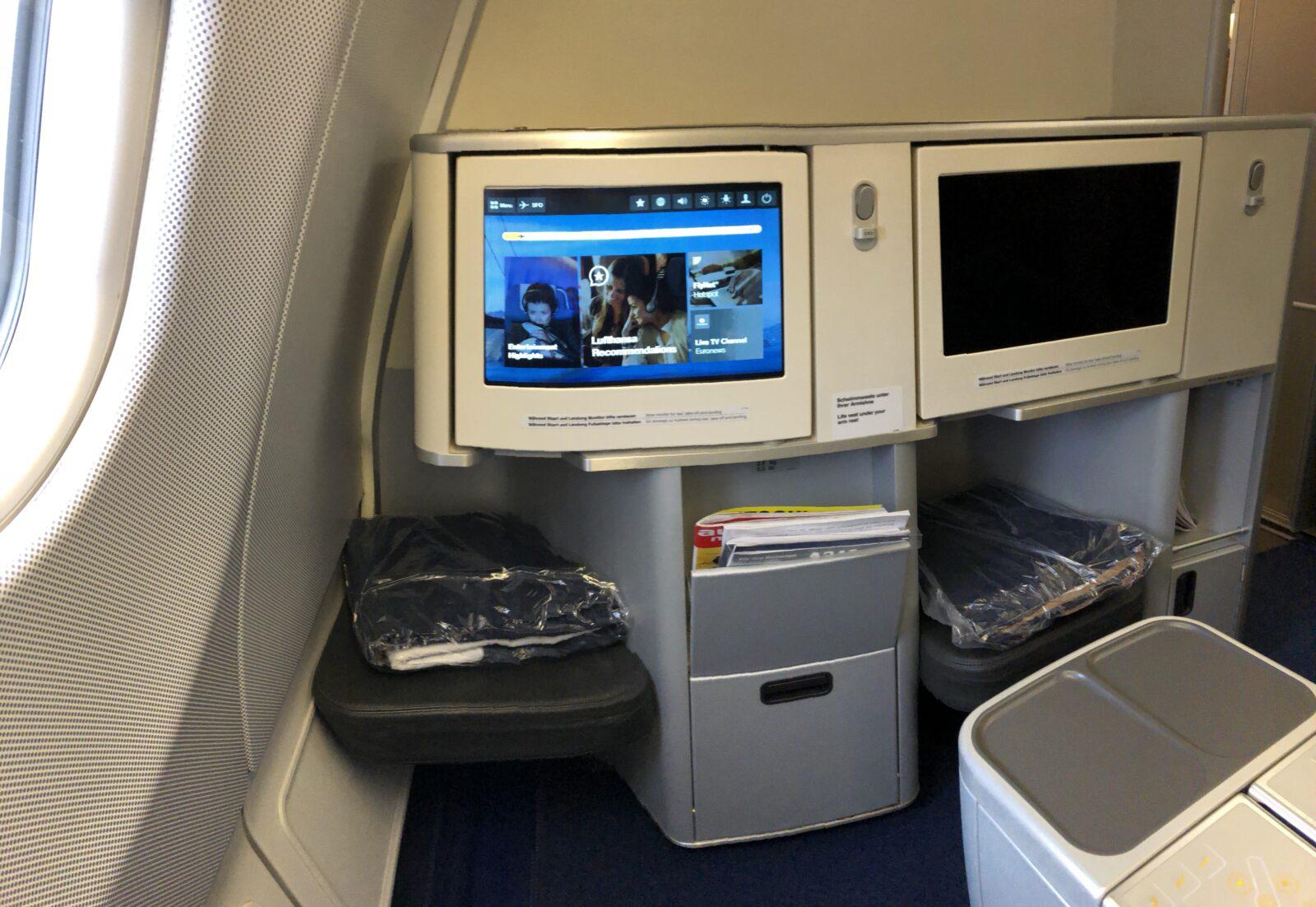 Platz und Bildschirm in der Lufthansa Business Class