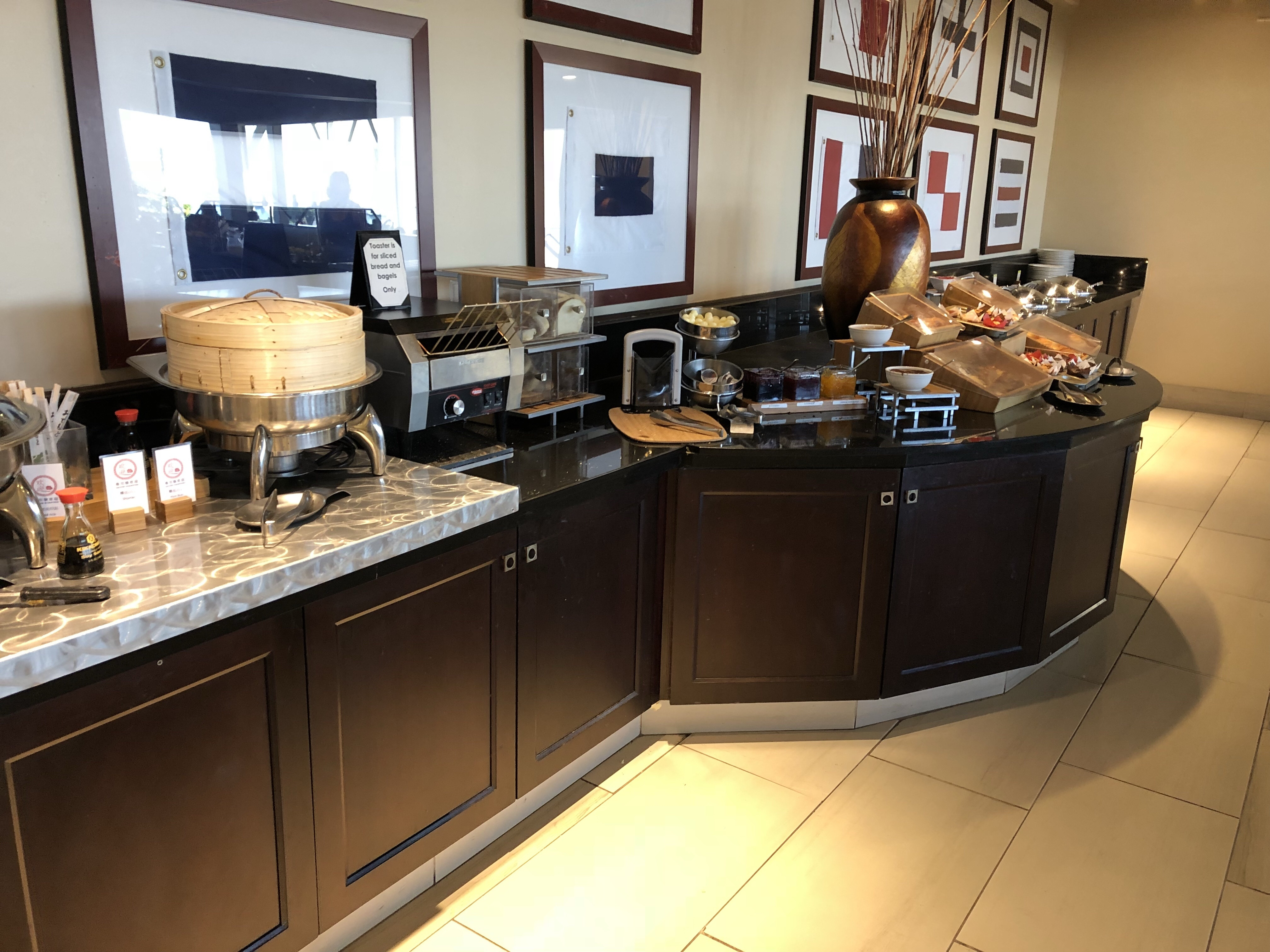 Blick auf Frühstücksbuffet