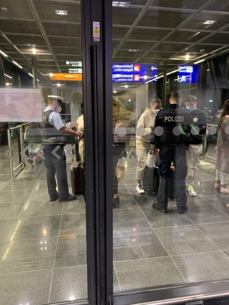 Einreisekontrolle beim Fliegen im Frühjahr 2021
